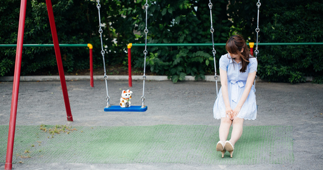 Girl on swing, talking to manekineko.